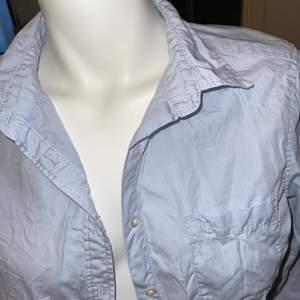 Skjorta i fin ljusblå färg, perfekt för våren, oanvänd