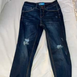 Säljer dessa super snygga jeans från fashion nova, endast testat då jag inte äns fick på mig dom, dom är för små för mig och därför väljer jag att sälja dom, aldrig använda med verkligen super fina, köpt för 400