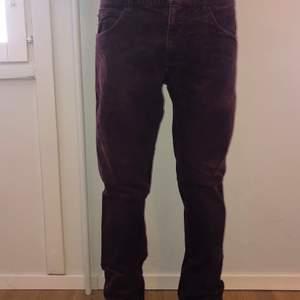 Säljer 2 par Manchester byxor då dom inte används längre. Det är ett par blå byxor och ett par vinröda byxor. Dom användes under tiden som killen skejtade.  Jag säljer båda för 250 kr eller 100 kr för ett par byxor.