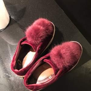 Säljer dessa supersöta skor från Sam edelman!! Såg nu att det var en liten spricka i skosulan, men inget jag märkt vid användning, dvs läcker inte in vatten etc från marken. Köpa på NK för ca 3-4 år sedan, men ej använts på 2 år. På bilden har jag lagt in en liten sula för att de glappade lite för mig då jag vanligtvis har storlek 38.