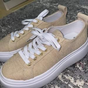 Säljer ett par skor från h&m endast använd 1 gång som man kan se på bild nmr 3 och har inte kommit till någon användning.