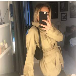 Lånade bilder!! Intressekoll på denna super fina vår/höst jacka som är från H&M i färgen beige. Säljs då den är lite för stor på mig som oftast bär xs.