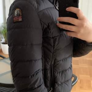 Säljer denna fina pjs jacka då jag växt ur den. Det är en tjej modell och skulle säga att den passar xs-s. Köpt för 3299 men priset kan diskuteras. Den är såklart äkta.