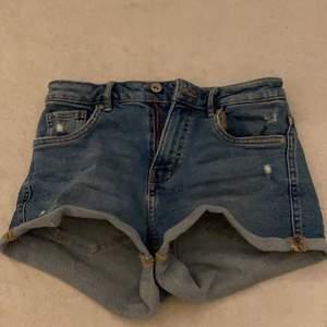 Shorts som är ganska små. Passar folk som är mellan 1,57-1,64 ish. Väldigt snygga dock! Inte långa eller något eller inga fula många vikningar.