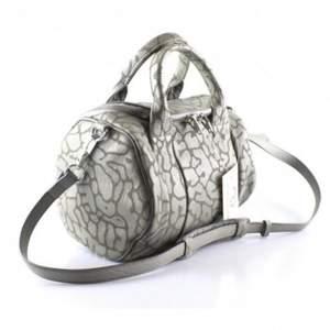Säljer min svinsnygga Alexander Wang rockie leather bag i leopardmönster och silvriga nitar under (limited edition). Inga synliga defekter och måttligt använd! Dustbag och äkthetsbevis medföljes. Nypris: ca. 9000kr.