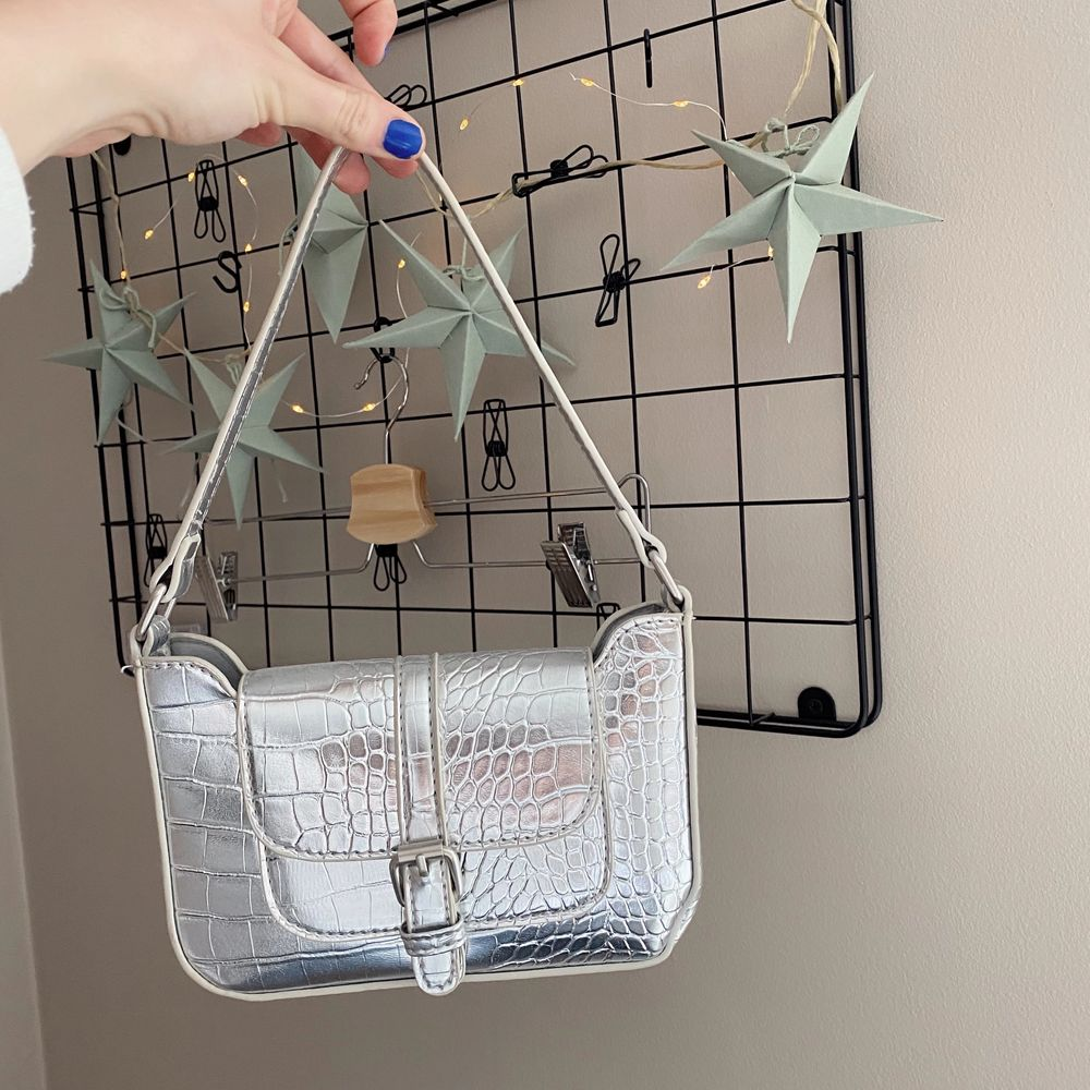 Silvrig fake snakeskin väska från asos . Väskor.