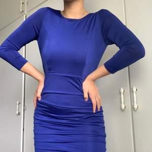 En djupt blå snygg och elegant klänning med charmig passform som framhäver midja, höfter och rumpa.  Säljer då den inte kommit till användning. Aldrig använd bara testad, nyskick.