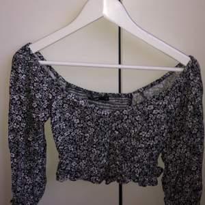 Säljer min grå/vita tröja med blommtryck och puffärmar då jag inte använder längre, frakt tillkommer 🚚 ❤️