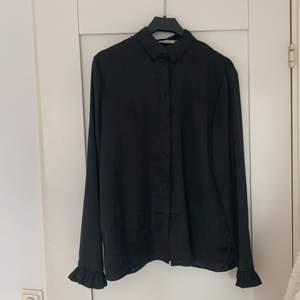svart silkesskjorta från NA-KD, knappt använd