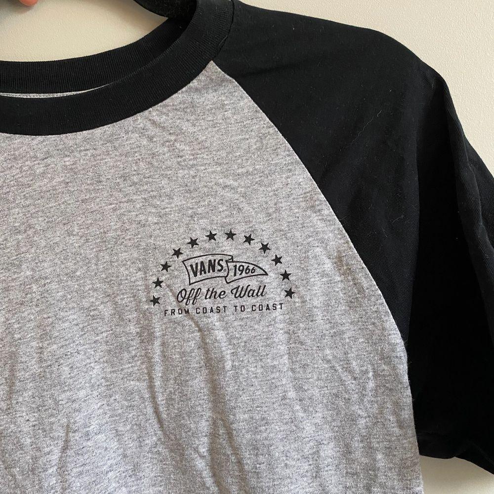 Snygg vans tröja med tryck. Väldigt bra skick. Skriv för mer bilder eller frågor☀️. T-shirts.