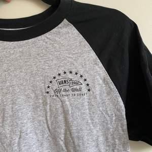 Snygg vans tröja med tryck. Väldigt bra skick. Skriv för mer bilder eller frågor☀️
