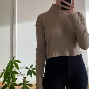 Snygg ribbad tröja från Weekday i storlek S, knappt använd! Går att ha kragen både uppvikt och nedvikt. Köparen står för frakten 🥰