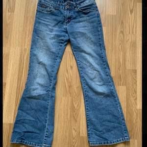 köpt på loppis men säljs då jag har för många liknande jeans och dessa är en aning för korta för mig. Köparen står för frakten.