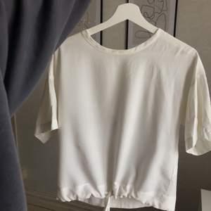 Jättefin och skön vit blus🤍 Använd i fåtal gånger och är därmed i bra skick🤍 Blusen har ett band längst ner som kan justeras + dragkedja i nacken/ryggen🤍 Frakt tillkommer på 60kr, därför är priset på blusen nedsatt🤍