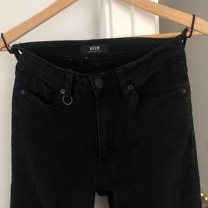 I princip oanvända svarta tighta jeans. Från märket Neuw i storleken 26/30. Dock väldigt sköna & stretchiga så passar upp tom storleken 28/30. 98% bomull 2% elastan.