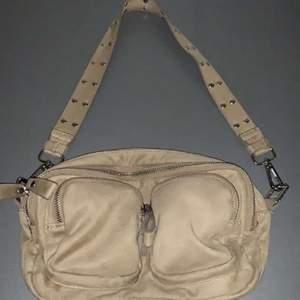 Säljer denna nya och oanvända väska . Frakt tillkommer