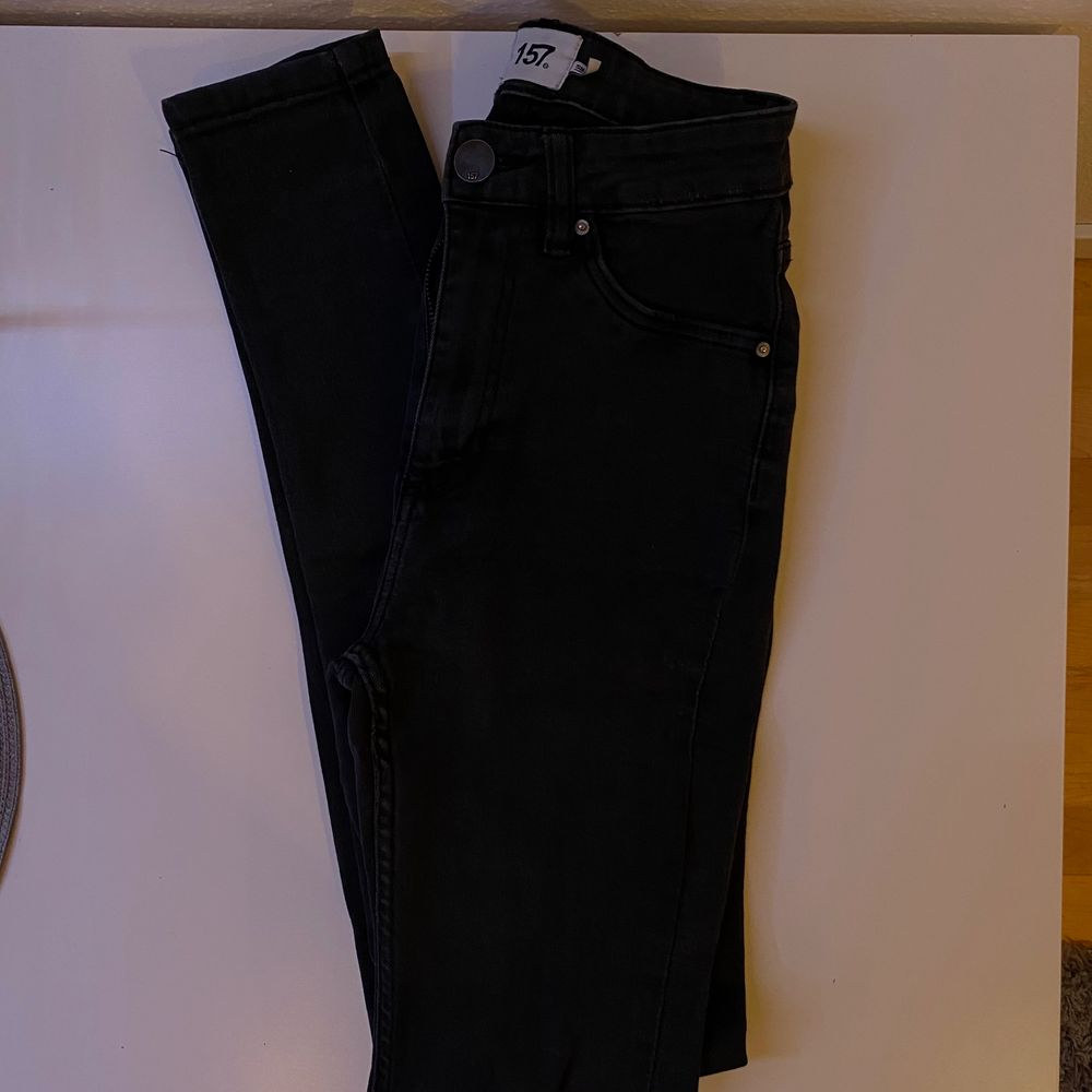 """Svarta tighta jeans, högmidjade, """"snake"""", bra skick. Bara att skriva vid intresse, frågor eller önskan om fler bilder. Endast post och Swish!. Jeans & Byxor."""