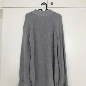 Grå, mysig tröja från Bikbok som jag använt som klänning vid ett fåtal gånger. ✨