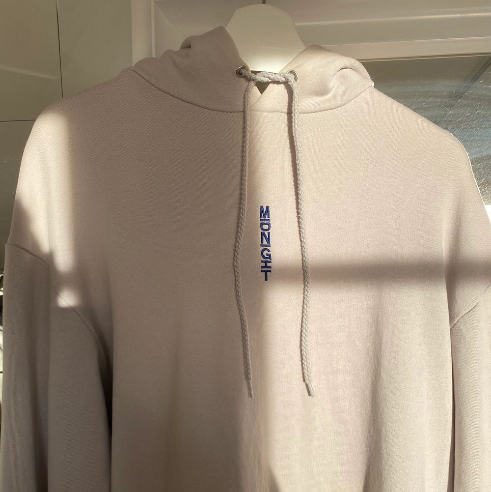 Hoodie i grå/lila färg, strl M. Sitter oversized.. Huvtröjor & Träningströjor.