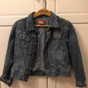 Snygg vintage jeansjacka från diesel i kortare modell. Så fin till sommaren med en klänning eller i vår med en tjocktröja. Det är en large, men i barnstorlek så fungerar bra för XS/S