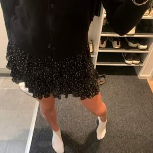 Sjukt snygg zara kjol i nyskick, storlek M. Köparen står för frakt!