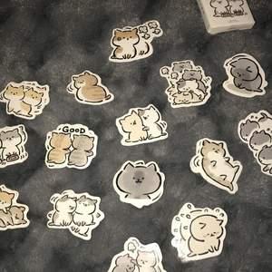 Är du en katt älskare då är dessa klistermärken för dig 😍❤️ Har flera klistermärken av samma typ. 🤍 Priser:/ * en för endast 5 kr 🔥 Hela paketet kostar 35 kr ❤️