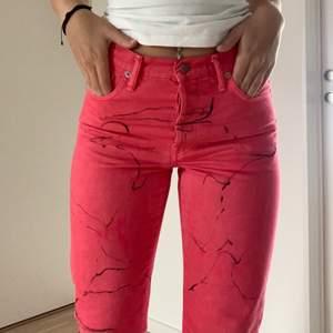 Säljer mina Acne jeans pga att jag inte använder de. Köpte de för ca 1 år sedan men de har endast kommit till användning 1 gång. Jag är 163 cm och har storlek 27 W, 32 L. Nypris är 4000kr, fler bilder kan skickas om så önskas. Om du önskar ett annat pris kan det diskuteras. Jag står för frakten!