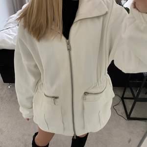 säljer den här jättefina jackan ifrån bianca ingrossos kollektion med nelly. perfekt till shorts och kjol! aldrig använd så som ny i skicket. jag har sytt ihop jackan ungefär i mitten för att den ska sitta lite mer tajt runt midjan, syns på bilderna. frakt tillkommer🤎