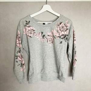 Grå tröja med rosor, strl S. Lite kortare modell. Fint skick! Skickas spårbart, 57kr. Samfraktar!