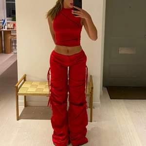 Röda byxor från jaded London storlek 36 helt nya aldrig använt lite stora för mig därför jag ej behåller. (Frakt tillkommer)