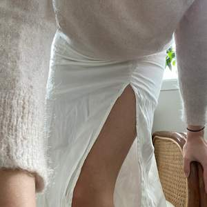 Vit siden kjol med slits från H&M. En underkjol så är inte genomskinlig.