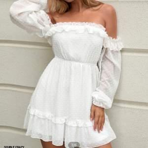 En klänning till skolavslutningen eller studenten t.ex. aldrig använd, endast testad (på den andra bilden). Säljer för att jag har beställt flera olika klänningar🤍 Frakt tillkommer!