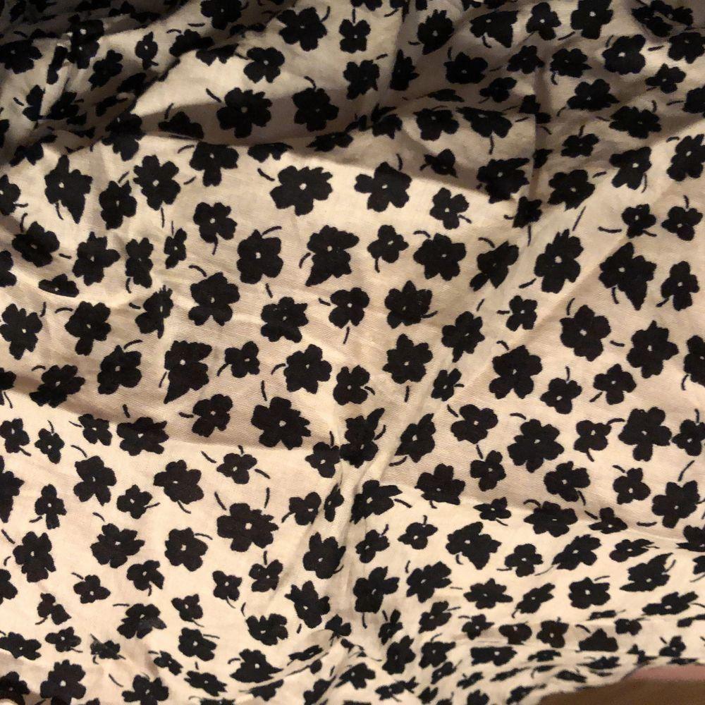 Superfin blommig och piffig kläggning med små svarta typ marrimekko-blommor, från förra årets sommarkollektion ❤️ . Klänningar.