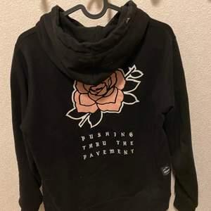 DOPE hoodie i storlek xs säljes nytvättad finns i ljungdalen annars står köparen för frakt