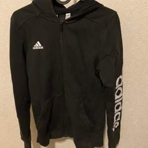 Adidas hoodie i storlek 164 säljes nytvättad finns i ljungdalen annars står köparen för frakt