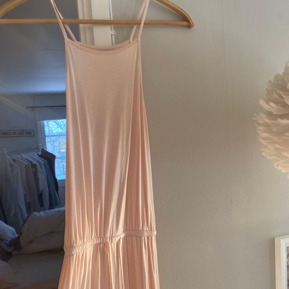 Så söt och fin strandklänning med slits från Ivy Revel. Också så skönt och lätt tyg så underbar att ha på stranden!. Klänningar.