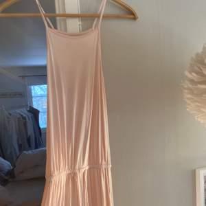 Så söt och fin strandklänning med slits från Ivy Revel. Också så skönt och lätt tyg så underbar att ha på stranden!