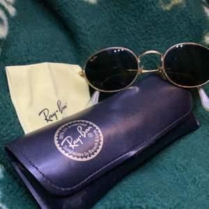 Äkta RayBan solglasögon från 80-talet. Super coola oldschool solglasögon som ej är använda så ofta. Säljes pga att de kommer inte till användning längre! Har bevis på att dom är äkta! 800 vid direkt eller annars buda, köparen står för frakt!☺️