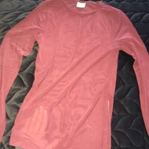 Vinröd/lila mesh tröja (bild 2 för bäst irl färg) knappt använd storlek XS! Supersnygg att ha under t-shirts eller med en snygg topp under 😍 gratis frakt!!📬 skriv för fler bilder ❣️