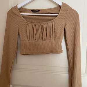 Kort Beige tröja från SHEIN storlek XS aldrig använd köpt för ungefär 1 månad sen (står ej för frakten)🤎🤎