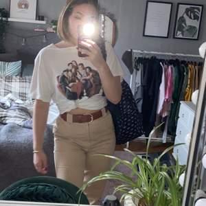 säljer denna trendiga FRIENDS t-shirten, sitter snyggt oversize eller knyt den. frakten kostar 45🥰 (byxorna säljer jag i en annan annons)