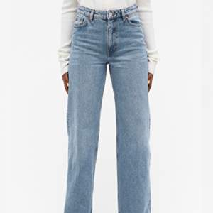 Hej! Säljer mina yoko jeans från monki då de har blivit för små. Byxorna är stl 26. Jag har sprättat upp en slit nere vid foten, superfint med boots eftersom att man ser skon då. Nypris är 400 jag säljer mina för 175.