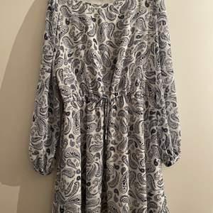 Tommy Hilfiger denim klänning, storlek Medium. Stor i storleken. Använd enstaka gånger.