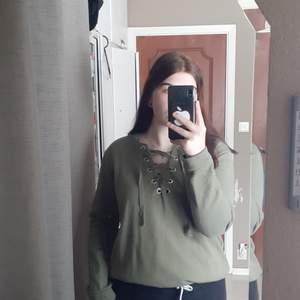 Grön tröja med snören. Den är köpt ungefär två år tillbaka men är i bra skick och har kommit till användning ett få tal gånger. 💕                               (köparen står för frakten)