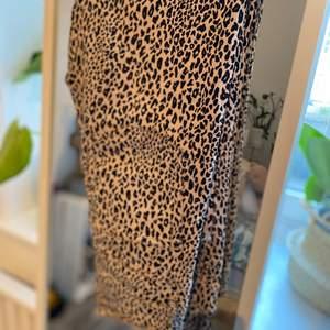 Leopard jeans i beige färg! Använda några gånger! Storlek 36/34! Köpta på hm! Skit coola