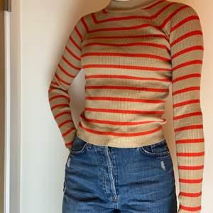Svinhärlig tröja från bikbok med orangea ränder. Skicka om du är intresserad