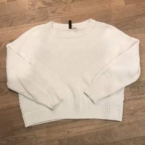 Superfin vit stickad tröja! Knappt använd, lite croppad men räcker ner till högmidjade kläder.