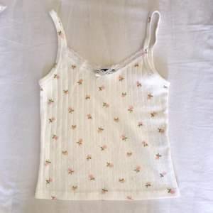 deadstock/säljs ej längre vit floral lace skylar bow tank med pointelle pattern tyg. har bara tidigare sålts i usa. Köpt för drygt 400kr inkl frakt osv. passar xs-s (34-38). buda gärna (rimligt) ♡