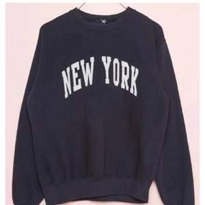 Säljer en new york sweatshirt,då den inte passade så bra på mig,hör av er för egna bilder eller frågor❤️