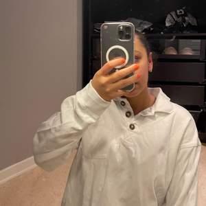 Vit fin långärmad tröja från monki. Storlek XS men passar en S